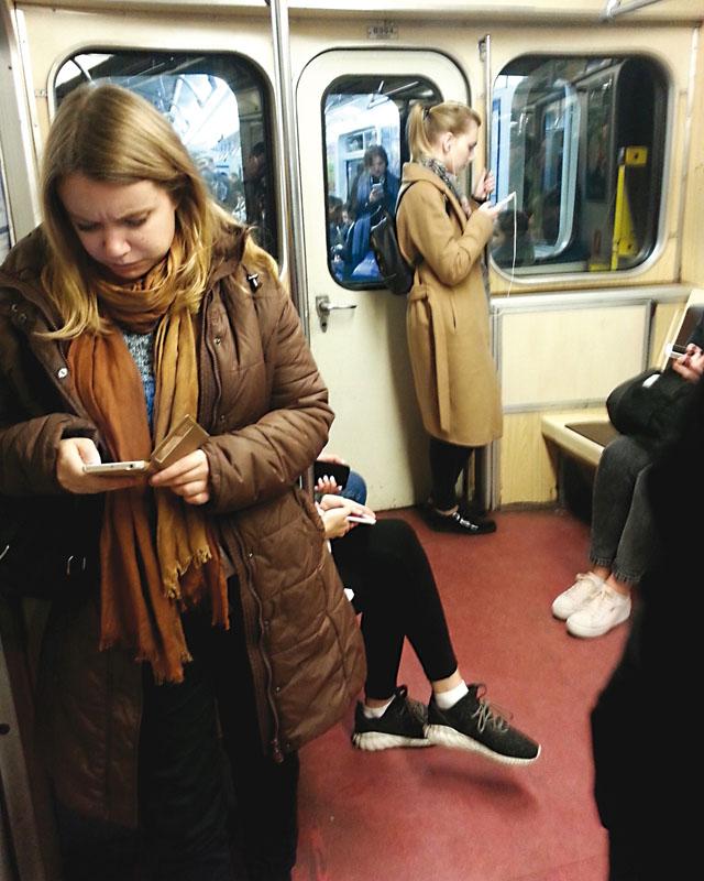 In der Metro: Das Smartphone ersetzt das Buch Aufnahme: Elena Maslovskaya